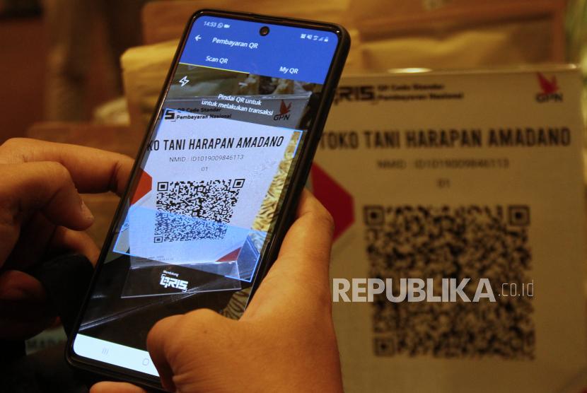Pembeli melakukan pembayaran produk UMKM secara digital. (ilustrasi)