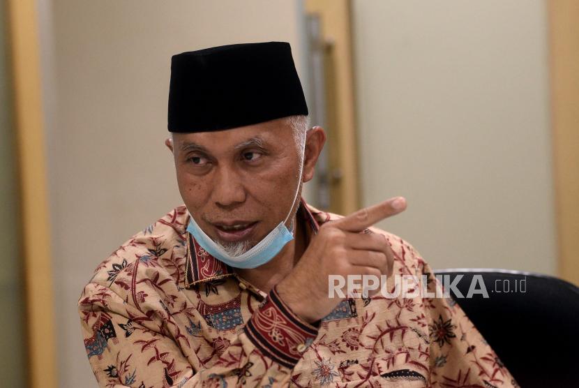 Gubernur Sumatera Barat Mahyeldi Ansharullah saat berkunjung ke kantor Republika, Jakarta, Jumat (2/4). Selain Bersilahturahmi kunjungan tersebut juga membicarakan program dari Pemprov Sumbar.Prayogi/Republika.