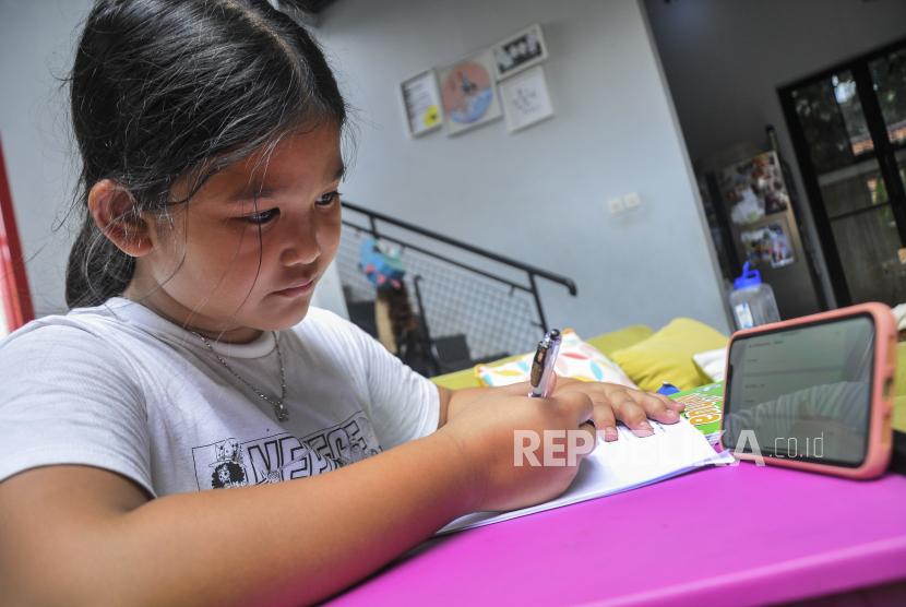 Siswi SD (Sekolah Dasar) belajar menggunakan sistem daring (online) di Jakarta Timur, Kamis (19/3/2020).