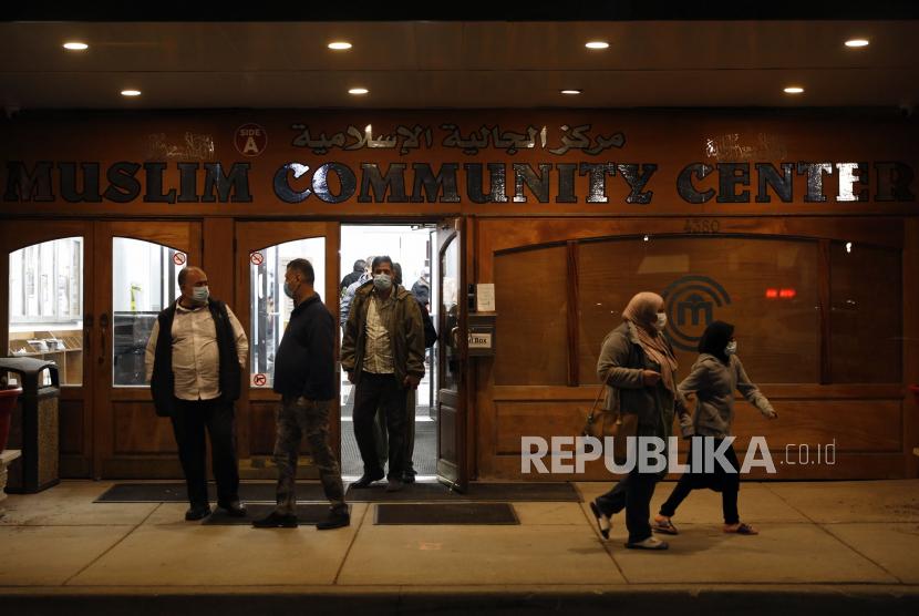Sejumlah umat Muslim usai melaksanakan shalat tarawih di Pusat Komunitas Muslim Chicago, Senin (12/4). Umat Muslim di AS tergolong multietnis dan nasionalitas. Tercatat jumlah umat Muslim Chicago mencapai angka 350 ribu jiwa atau lima persen dari populasi. Terdapat pula penganut Islam yang merupakan warga kulit putih AS dan Hispanik (keturunan latin). Namun, sejak lama Chicago terkenal sebagai wilayah konsentrasi kaum Muslim Afro-Amerika. Meski berbeda bahasa, adat maupun budaya, akan tetapi dalam beberapa kesempatan, terutama pada ibadah shalat serta aktivitas Ramadhan, satu sama lain akan menanggalkan perbedaan untuk bersatu di bawah panji kitab suci Alquran dan sunnah Nabi. Umat Muslim Chicago benar-benar menikmati perbedaan yang ada dan mempererat tali ukhuwah di saat bersamaan. (AP Photo/Shafkat Anowar)