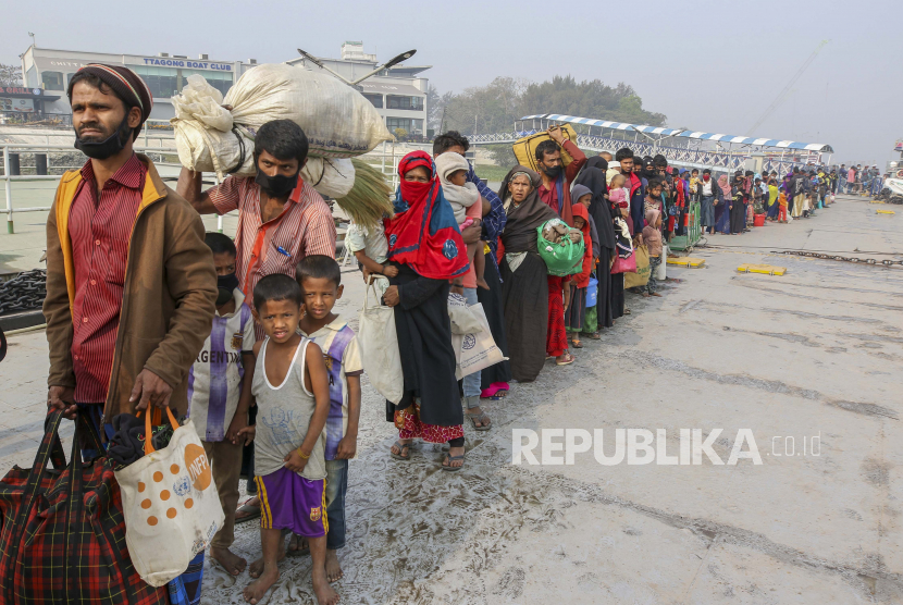 FILE - Dalam foto arsip 15 Februari 2021 ini, para pengungsi Rohingya menuju ke pulau Bhasan Char bersiap untuk menaiki kapal angkatan laut dari kota pelabuhan Chattogram di tenggara, Bangladesh. Pihak berwenang di Bangladesh pada Selasa, 10 Agustus 2021, mulai memvaksinasi pengungsi Rohingya terhadap virus corona untuk pertama kalinya di kamp-kamp besar tempat lebih dari 1 juta pengungsi dari negara tetangga Myanmar telah ditampung, kata para pejabat dan badan pengungsi PBB.