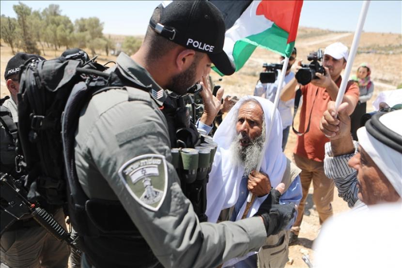 Warga Palestina memprotes upaya pemukim Israel mengambil alih mata air Lembah Yordan.