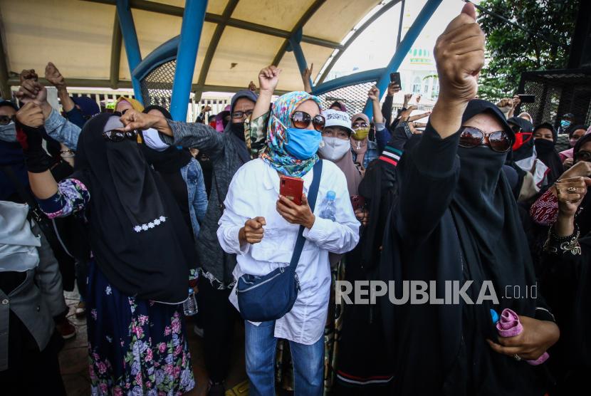 Sejumlah perempuan melakukan aksi saat berlangsungnya sidang lanjutan kasus pelanggaran protokol kesehatan dengan terdakwa Rizieq Shihab di Pengadilan Negeri (PN) Jakarta Timur, Jakarta, Selasa (23/3/2021). Sidang tersebut beragendakan pembacaan nota keberatan atau eksepsi.