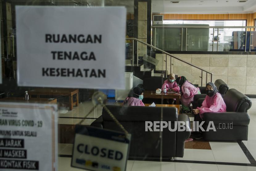 Petugas tenaga kesehatan berisitirahat di lobi Hotel isolasi mandiri Covid-19.
