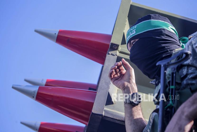 Pejuang brigade Izz ad-Din al-Qassam, sayap militer Hamas, berparade untuk mengenang para pejuang al-Qassam yang tewas dalam konflik baru-baru ini di Kota Gaza, 27 Mei 2021 (dikeluarkan 28 Mei 2021). Setelah sebelas hari bertempur, gencatan senjata mulai berlaku pada 21 Mei antara Israel dan militan di Jalur Gaza di bawah inisiatif Mesir untuk gencatan senjata tanpa syarat.