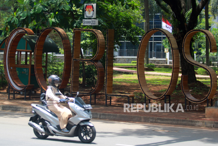 Pengendara motor melintas di depan ornamen bertuliskan COBLOS yang merupakan alat sosialisasi Pilkada Tangsel di Serpong, Tangerang Selatan, Banten, Selasa (22/9/2020). Kota Tangerang Selatan merupakan salah satu kota yang akan menggelar pesta demokrasi pemilihan Walikota dan Wakil Walikota pada Pilkada Serentak 9 Desember 2020.