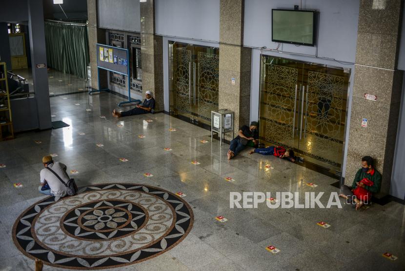 Umat Muslim beristirahat saat hari pertama puasa Ramadhan 1442 Hijriah di Masjid Raya Bogor, Kota Bogor, Jawa Barat, Selasa (13/4). Umat Muslim memanfaatkan waktu menunggu berbuka puasa dengan melakukan ibadah di masjid seperti melakukan tadarus atau membaca kitab suci Al-Quran. Republika/Putra M. Akbar