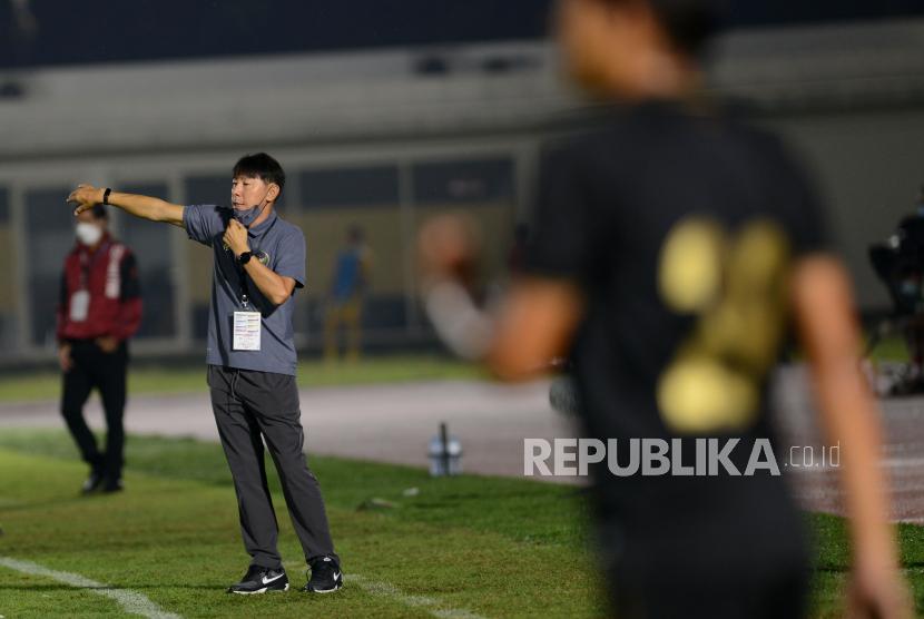 Pelatih Tim Nasional (Timnas) U-23 Shin Tae Yong (kiri) memberikan instruksi kepada para pemainnya saat melawan kesebelasan Bali United dalam pertandingan uji coba di Stadion Madya, Gelora Bung Karno (GBK), Jakarta, Minggu (7/3/2021). ANTARA FOTO/Aditya Pradana Putra/hp.