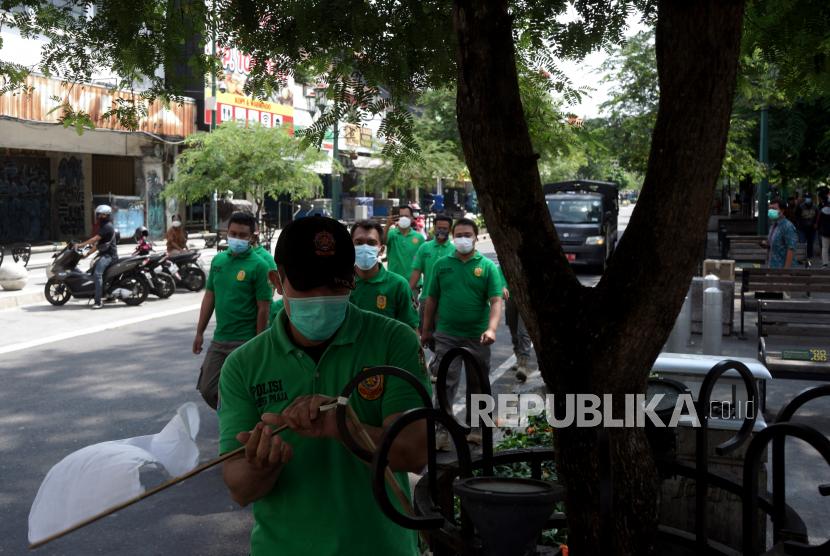 Satpol PP D.I Yogyakarta mencopot bendera putih yang dipasang Pedagang Kaki Lima (PKL) Malioboro usai aksi
