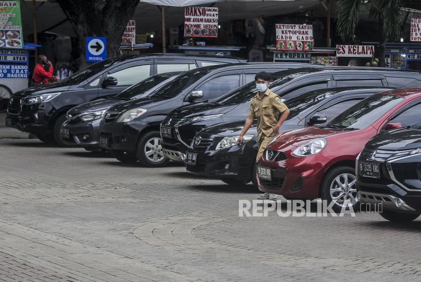Mobil dinas milik Pemprov DKI terparkir di Lapangan IRTI, Monas, Jakarta Pusat (ilustrasi).