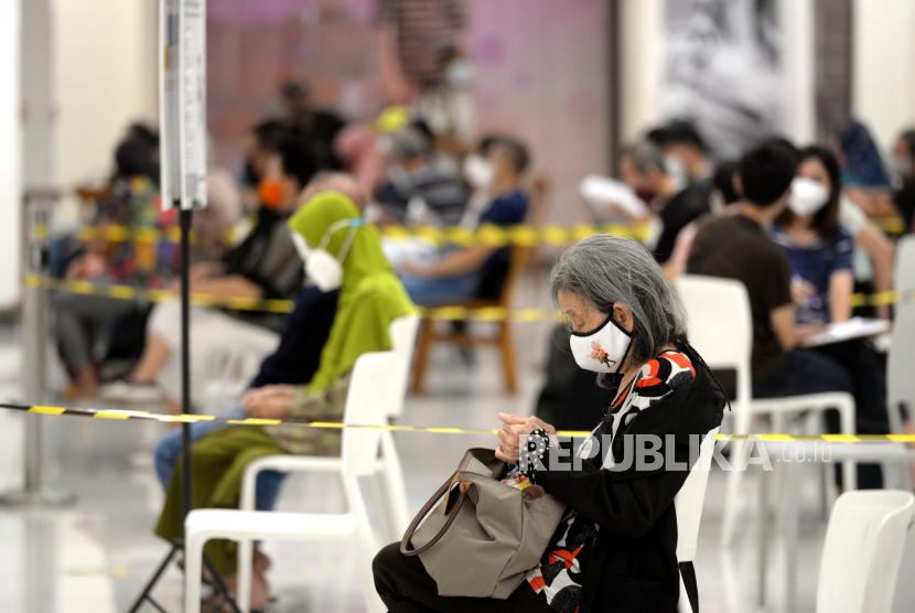 Lansia antre mengikuti vaksinasi Covid-19 massal di Yogyakarta, Rabu (17/3). Di Yogyakarta penyuntikan vaksin Covid-19 untuk Lansia memasuki gelombang kedua. Di Yogyakarta ada sekitar 40 ribu Lansia, untuk awal vaksinasi targetnya 10 ribu orang Lansia.