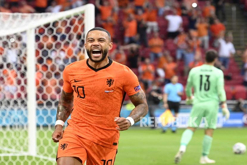 Memphis Depay dari Belanda bereaksi selama pertandingan sepak bola babak penyisihan grup C UEFA EURO 2020 antara Belanda dan Austria di Amsterdam, Belanda, 17 Juni 2021.