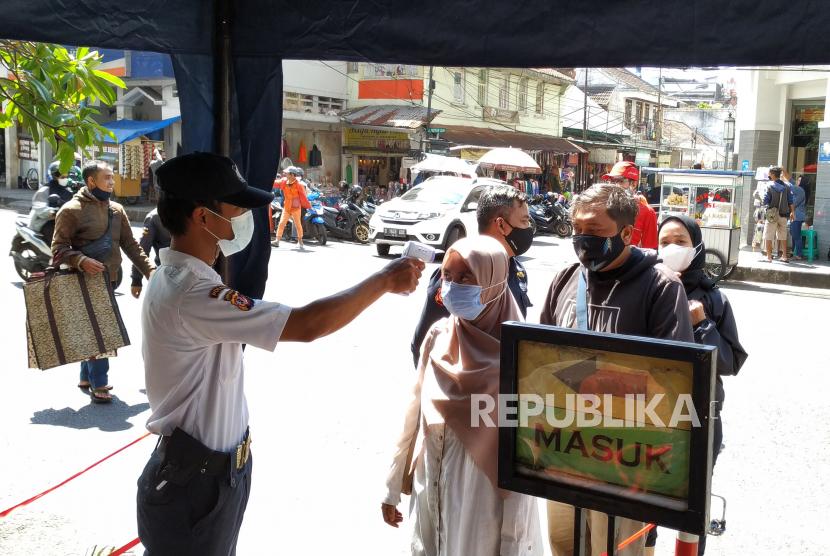 Setelah sebelumnya tutup saat PPKM, Pusat perbelanjaan Pasar Baru Kota Bandung, kini diperbolehkan buka, Ahad (1/8). Meski demikian, suasana masih sepi pengunjung. Sejumlah peraturan pun diberlakukan, pengunjung wajib pakai masker dan harus melalui cek suhu tubuh. Selain itu, toko yang buka diberlakukan nomor ganjil genap secara bergiliran.