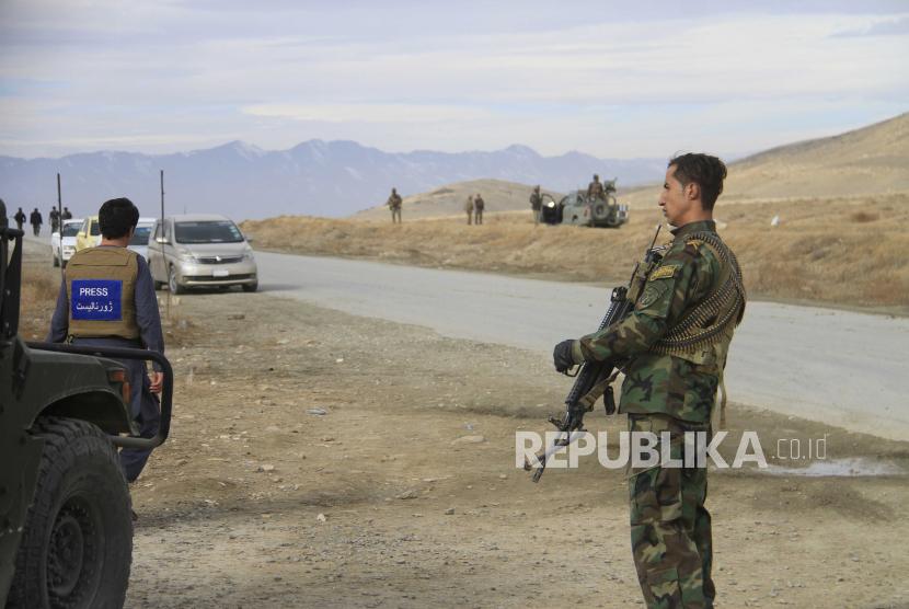 Petugas keamanan Afghanistan mengamankan lokasi ledakan bom, ilustrasi
