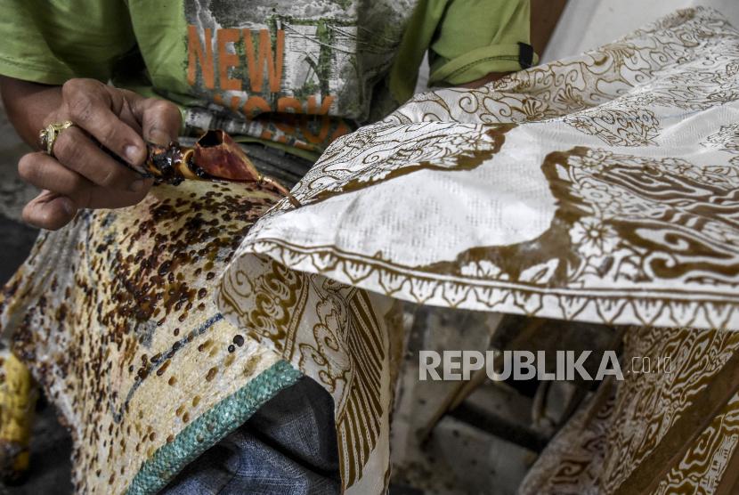 Proses pembuatan kain batik.