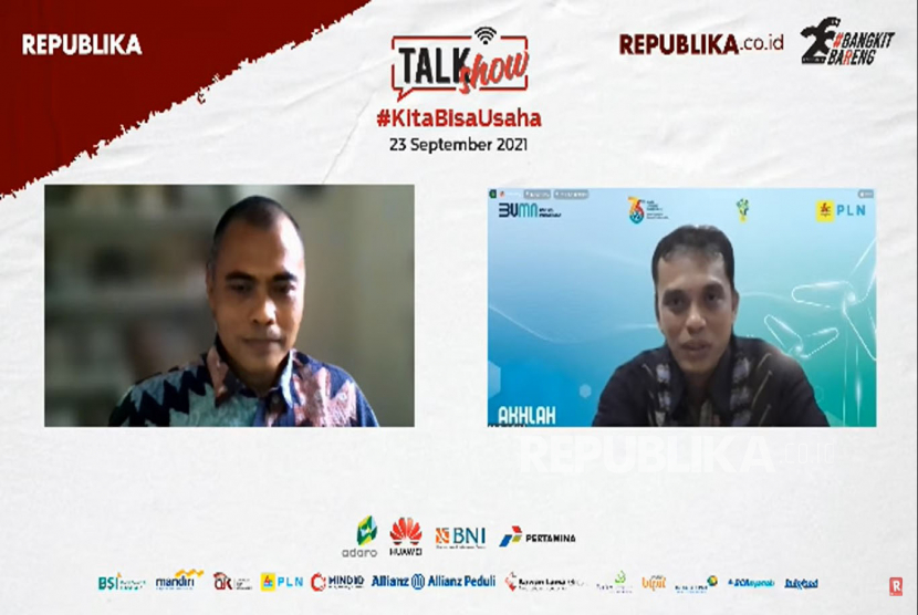 VP Corporate Communications PT. PLN (Persero) Gregorius Adi Trianto (kanan) menjadi narasumber dalam talkshow online di Jakarta, Kamis (23/9). Talkshow yang diselenggarakan oleh Republika ini mengangkat tema KitaBisaUsaha.Prayogi/Republika.