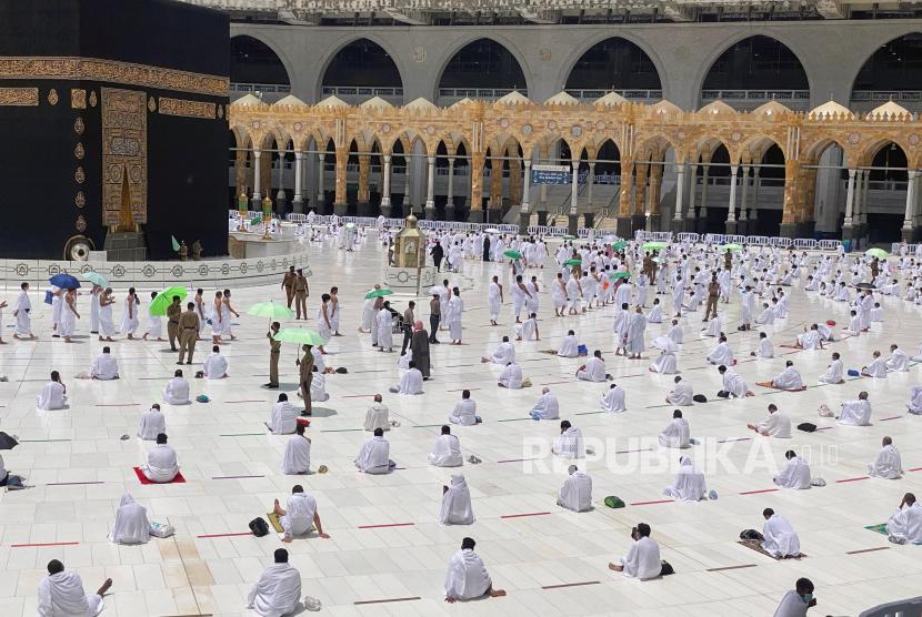 Jamaah umrah menjalankan Shalat Jumat dengan menjaga jarak fisik di Masjidil Haram, Makkah, Arab Saudi (16/4) waktu setempat.