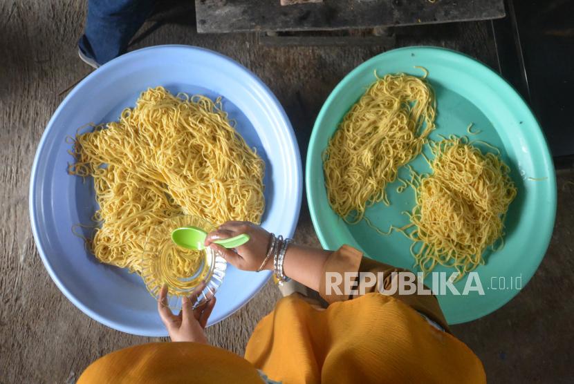 Jumlah UMKM di Kalteng Naik Signifikan Selama Pandemi. Perajin membuat mie dari buah labu madu.