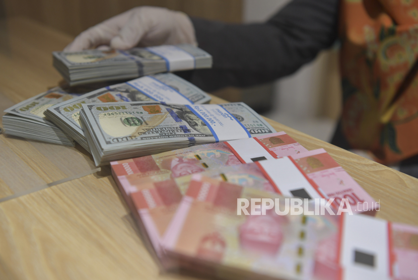Nilai tukar (kurs) rupiah yang ditransaksikan antarbank di Jakarta pada Kamis (6/5) pagi menguat seiring tertekannya imbal hasil obligasi Amerika Serikat. Pada pukul 10.00 WIB, rupiah menguat 42 poin atau 0,29 persen ke posisi Rp 14.393 per dolar AS.