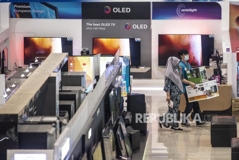 Pramuniaga (kanan) membawa barang belanjaan dari pembeli di Electronic City SCBD, Jakarta (ilustrasi).