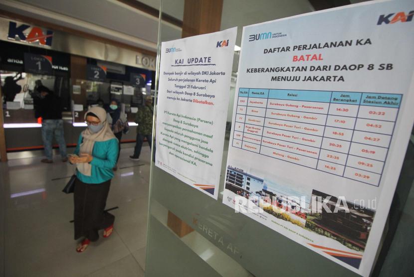 Atap Ruang Tunggu Stasiun Pasar Turi Surabaya Ambrol (ilustrasi).
