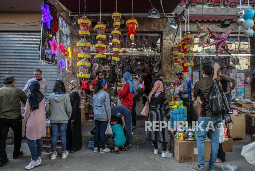 Warga Palestina berbelanja di pasar sebelum bulan suci Ramadhan di Kota Gaza.