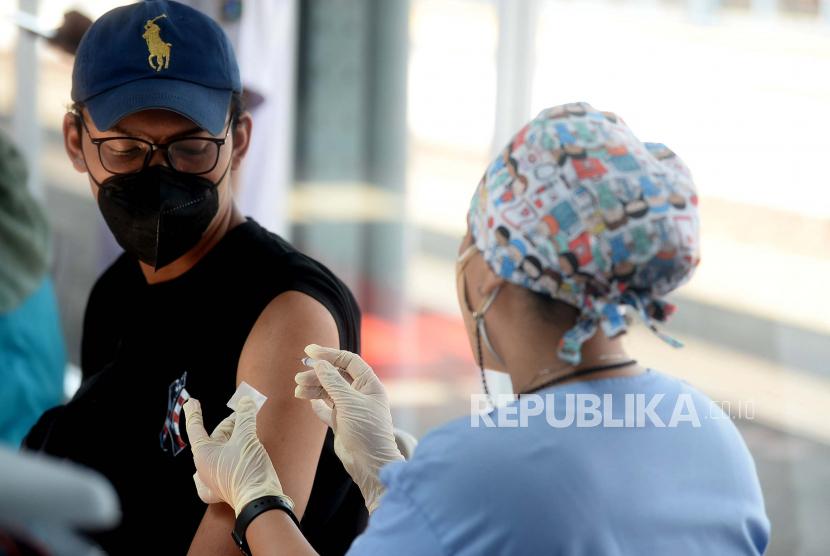 Tenaga kesehatan menyuntikkan vaksin Covid-19 kepada warga.