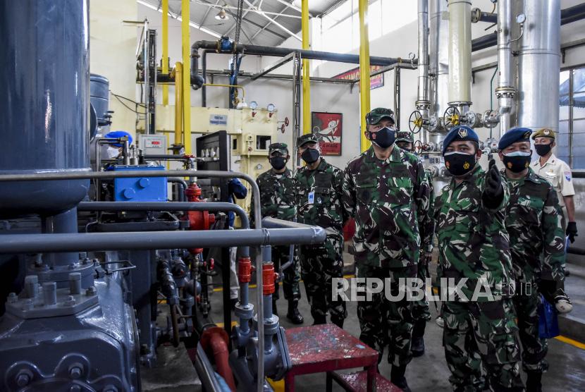 Kepala Staf Angkatan Udara Marsekal TNI Fadjar Prasetyo (tengah) meninjau Pabrik Zat Asam (Pazam) 731 di Kompleks Lanud Husein Sastranegara, Kota Bandung, Senin (26/7). TNI AU mengoperasikan Pabrik Zat Asam (Pazam) 731 di bawah Komando Pemeliharaan Materiil (Koharmat) Angkatan Udara. Pazam 731 tersebut mampu melakukan pengisian 60 hingga 70 tabung oksigen per hari untuk membantu memenuhi kebutuhan tabung oksigen di rumah sakit dalam penanganan Covid-19 di wilayah Bandung Raya. Foto: Republika/Abdan Syakura