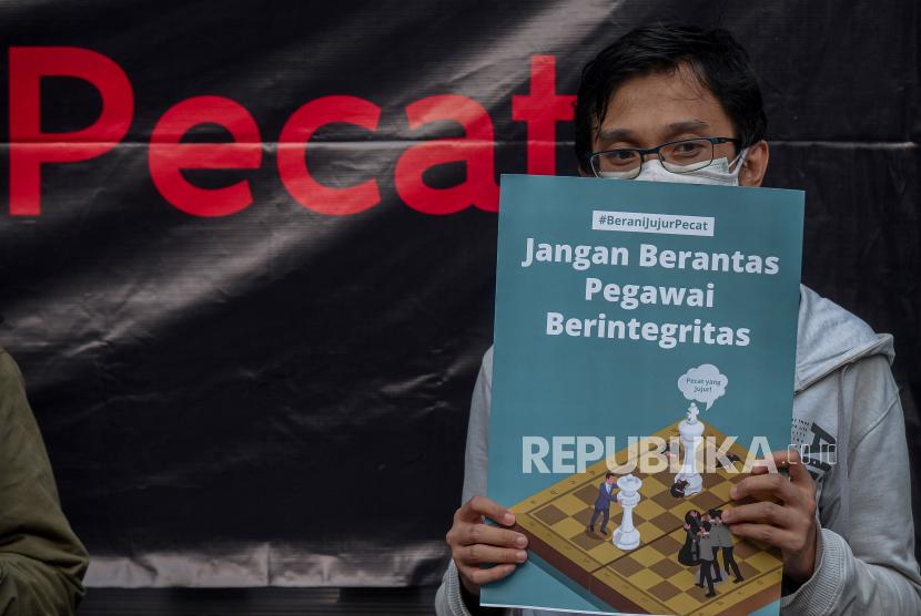 Pegawai KPK yang tidak lulus Tes Wawasan Kebangsaan (TWK) bersama Solidaritas Masyarakat Sipil menggelar aksi sekaligus mendirikan Kantor Darurat Pemberantasan Korupsi di depan Gedung ACLC KPK, Jakarta, Selasa (21/9).