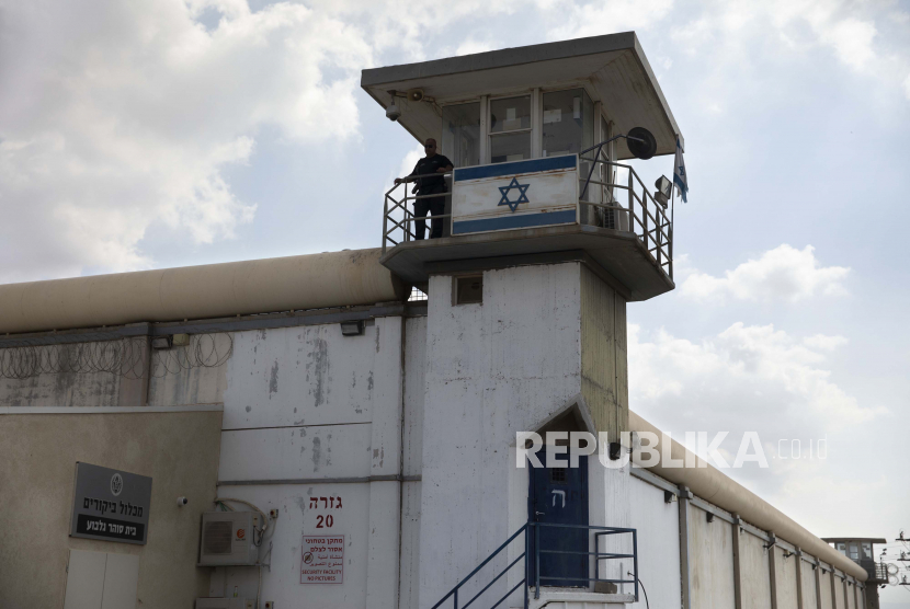 Seorang penjaga penjara berdiri di penjara Gilboa di Israel utara, Senin, 6 September 2021. Pasukan Israel pada hari Senin melancarkan perburuan besar-besaran di Israel utara dan Tepi Barat yang diduduki setelah beberapa tahanan Palestina melarikan diri semalam dari fasilitas keamanan tinggi di sebuah pelarian yang sangat langka.