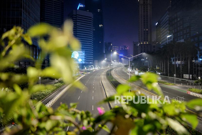 Suasana lengang di jalan Sudirman-Thamrin, Jakarta, Rabu (12/5). Ditlantas Polda Metro Jaya melakukan penutupan Jalan Sudirman-Thamrin saat pelaksanaan crowd free night pada pukul 22.00 WIB dalam rangka mendukung pencegahan kerumunan di malam takbir Hari Raya Idul Fitri 1442 H. Republika/Thoudy Badai