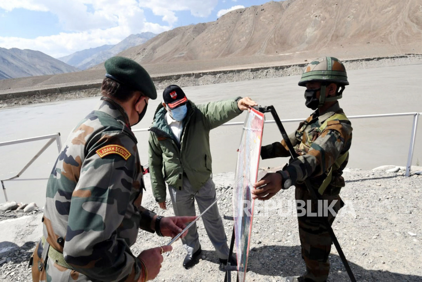 Foto yang disediakan oleh Biro Informasi Pers India (PIB) menunjukkan Perdana Menteri India Narendra Modi melihat peta di Leh, Ladakh, India, 03 Juli 2020. Modi mengunjungi Angkatan Darat, Angkatan Udara dan personil Polisi Perbatasan Indo-Tibet. Bulan lalu 20 personil tentara India, termasuk seorang kolonel, tewas dalam bentrokan dengan pasukan Cina di Lembah Galwan di wilayah Ladakh timur.