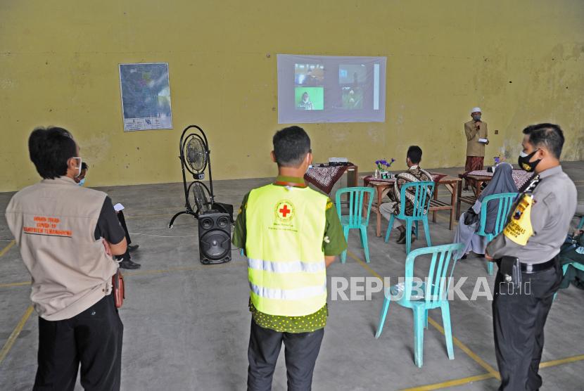 Petugas menjaga acara lamaran pernikahan yang menerapkan protokol kesehatan ketat (ilustrasi).