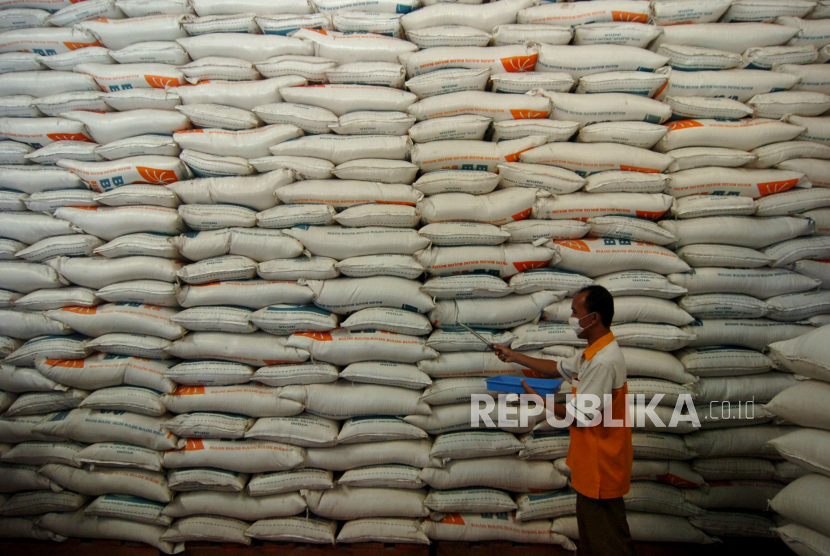 Beras. Sebuah ATM beras berdiri di RW 02 Kelurahan Cilincing, Jakarta Utara. ATM beras adalah bentuk keperdulian warga bagi warga sekitar yang terdampak pandemi.
