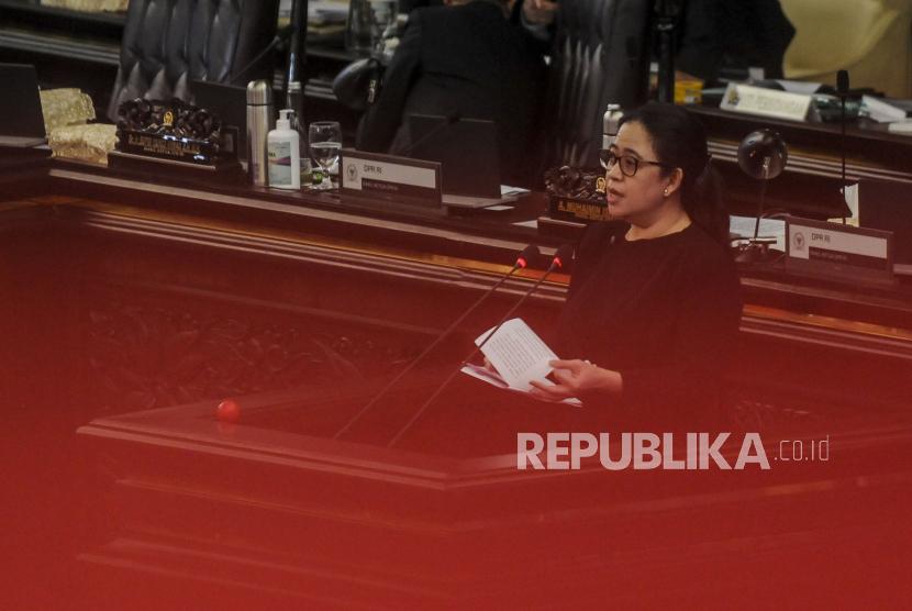 Ketua DPR Puan Maharani menyampaikan paparan saat rapat paripurna di Kompleks Parlemen, Senayan, Jakarta, Kamis (16/7). Rapat Paripurna DPR masa sidang IV tahun 2019-2020 itu dihadiri 96 anggota DPR secara fisik dan 226 secara virtual itu beragendakan hasil uji kepatutan deputi Gubernur Bank Indonesia, penetapan pemberian pertimbangan terhadap calon BPKN, penyampaian RUU tentang pertanggungjawaban pelaksanaan APBN (P2APBN) dan hasil evaluasi prolegnas RUU prioritas tahun 2020. Republika/Putra M. Akbar