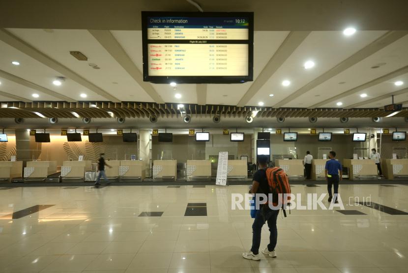 Seorang calon penumpang menanti jadwal keberangkatan di Bandara Internasional Sam Ratulangi, Manado, Sulawesi Utara, Rabu (7/7/2021). Sejak Pemberlakuan Pembatasan Kegiatan Masyarakat (PPKM) Mikro untuk wilayah Sulawesi Utara per 5 Juli 2021, jumlah penumpang transportasi udara mengalami penurunan dari total keberangkatan 2.181 penumpang pada 3 dan 4 Juli 2021 berkurang menjadi 1.020 penumpang pada 5 dan 6 Juli 2021, atau turun sebanyak 53 persen.