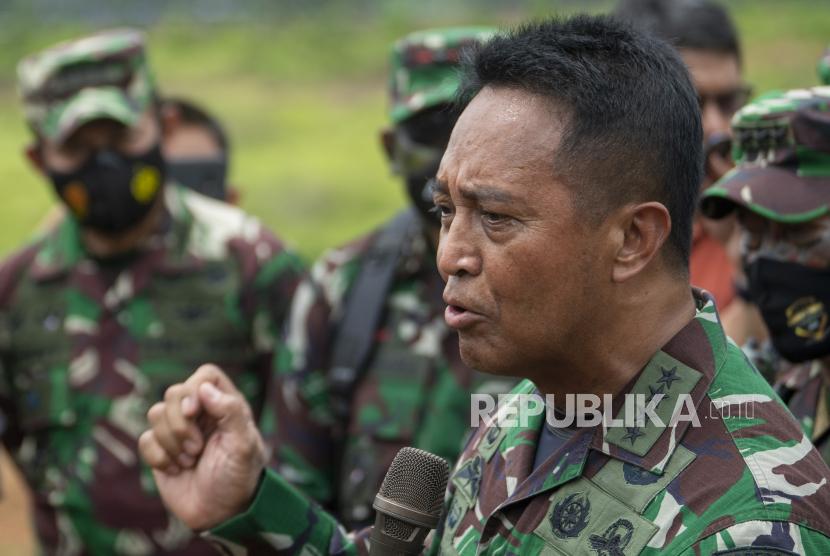 Kepala Staf Angkatan Darat (KSAD) Jenderal TNI Andika Perkasa (kanan)
