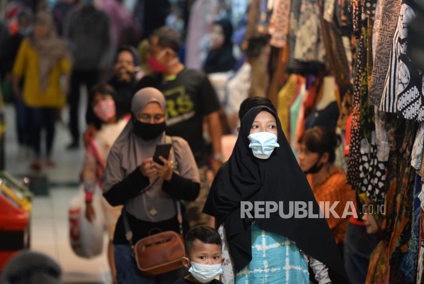 Warga mulai menyerbu los pakaian Pasar Beringharjo, Yogyakarta, Ahad (9/5). Memasuki H-4 Idul Fitri warga mulai menyerbu Pasar Beringharjo untuk membeli pakaian. Namun, efek adanya larangan mudik sangat memengaruhi penjualan pakaian pada tahun ini.