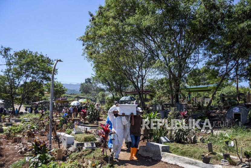 Data kasus aktif COVID-19 dalam dua hari terakhir di Kota Bandung, sejak Jumat (23/7), meningkat cukup signifikan dibandingkan hari-hari sebelumnya. (Foto ilustrasi: Petugas pemikul jenazah mengenakan alat pelindung diri (APD) menggotong peti jenazah dengan protokol Covid-19 di TPU Cikadut, Jalan Cikadut, Mandalajati, Kota Bandung)
