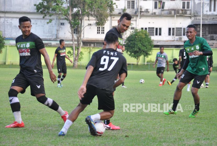 Sejumlah pemain PSMS Medan berlatih (ilustrasi).