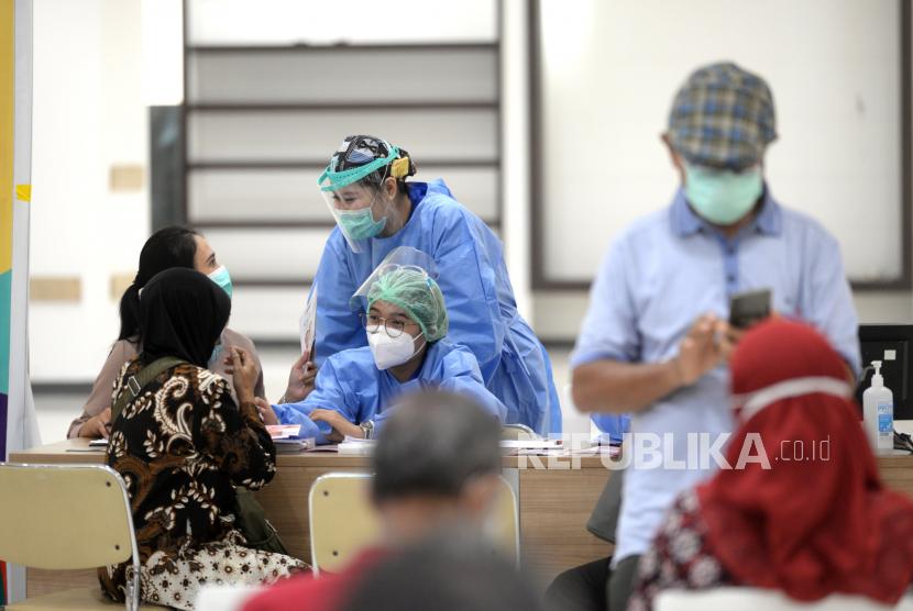 Warga Lansia mengikuti observasi usai vaksinasi Covid-19 massal di Yogyakarta, Rabu (17/3). Di Yogyakarta penyuntikan vaksin Covid-19 untuk Lansia memasuki gelombang kedua. Di Yogyakarta ada sekitar 40 ribu Lansia, untuk awal vaksinasi targetnya 10 ribu orang Lansia.