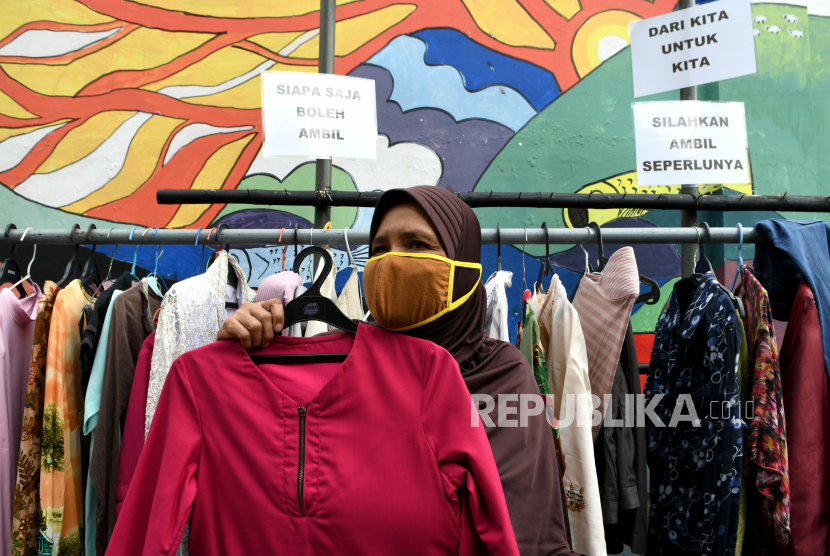 Warga memilih baju bekas layak pakai hasil sumbangan di RT 02 RW 04 Kelurahan Jati Padang, Jakarta, Kamis (21/5/2020). Pakaian bekas layak pakai gratis tersebut diperuntukan bagi warga yang membutuhkan karena terdampak penerapan Pembatasan Sosial Berskala Besar (PSBB) untuk pencegahan COVID-19 di DKI Jakarta yang berimbas pada berkurangnya pendapatan mereka