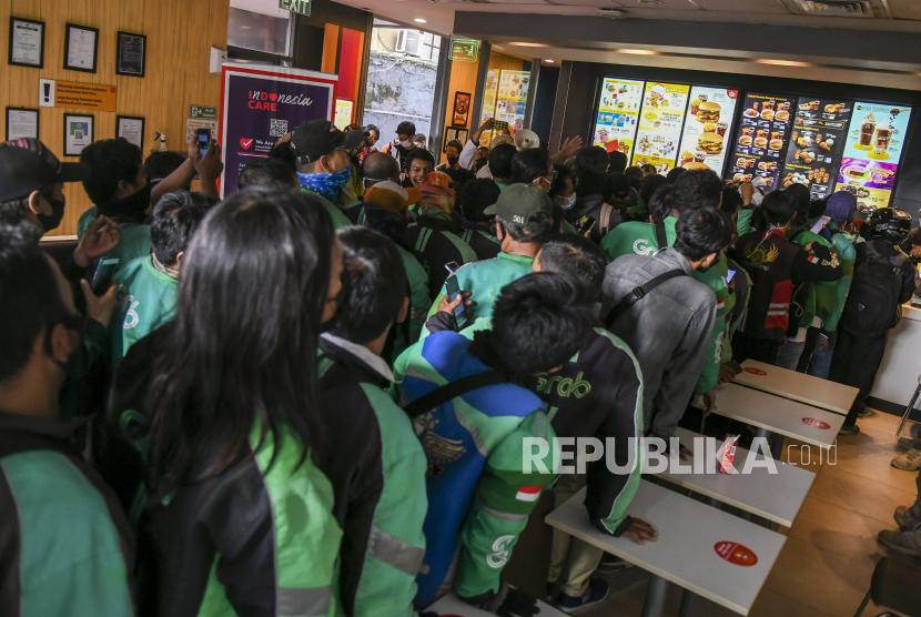 Pengemudi ojek daring memadati salah satu gerai McDonald's, Rabu (9/6/2021).