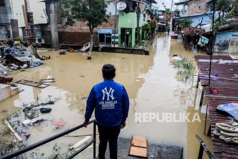Seorang pria melihat kawasan pemukiman yang terendam banjir di Medan, Sumatera Utara