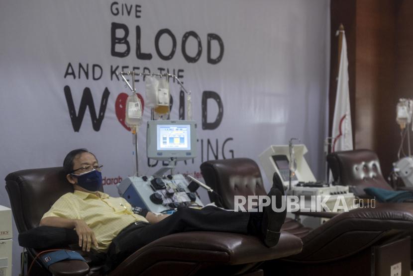 Penyintas Covid-19 mendonorkan plasma konvalesen di PMI DKI Jakarta. Kebutuhan donor plasma konvalesen di DKI Jakarta meningkat hingga 200 persen seiring melonjaknya kasus Covid-19 di Ibu Kota. (Ilustrasi).