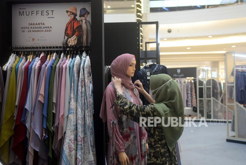 Pengunjung melihat-lihat produk fashion Muslim (ilustrasi). Beberapa produk industri tekstil sudah memiliki SNI fashion Muslim.