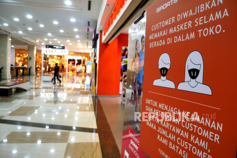 Poster wajib menggunakan masker terpasang di Ambarukmo Plaza, Sleman, Yogyakarta, Selasa (25/8). Kabupaten Sleman mulai melakukan uji coba pembukaan pusat perbelanjaan atau mal saat perpanjangan PPKM Level 4. Untuk pengunjung dibatasi usia di atas 12 tahun dan di bawah 70 tahun. Serta pengunjung wajib vaksin dibuktikan melalui skrining menggunakan aplikasi Peduli Lindungi di pintu masuk.