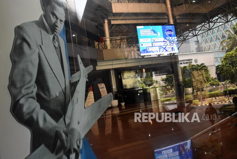 Pegawai memasuki Kantor Kementerian Riset dan Teknologi (Kemenristek) /Badan Riset dan Inovasi Nasional di Jakarta, Ahad (11/4/2021). Presiden Joko Widodo mengusulkan melebur Kemenristek dengan Kementerian Pendidikan dan Kebudayaan seiring dengan kebijakan pemerintah memisahkan Badan Riset dan Inovasi Nasional atau BRIN menjadi lembaga otonom.