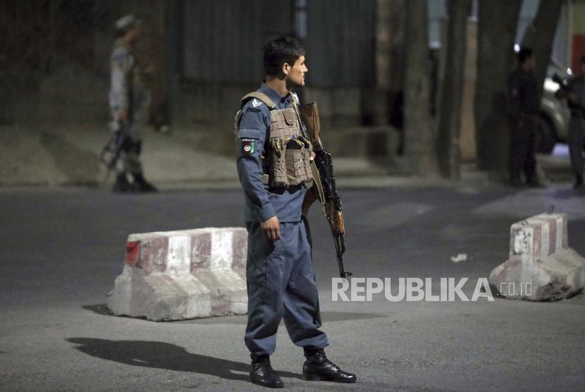 Personel keamanan Afghanistan berjaga-jaga di lokasi ledakan dahsyat di Kabul, Afghanistan, Selasa, 3 Agustus 2021. Ledakan itu mengguncang lingkungan mewah ibu kota Afghanistan tempat beberapa pejabat senior pemerintah tinggal.