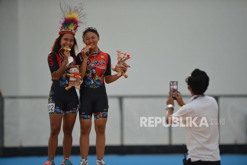 Atlet sepatu roda putri Papua Deitalianis Stugriam (kiri) dan Zhahwa Harmalia Putri (kedua kiri) berfoto bersama usai upacara pengalungan medali pada final 400 meter individual time trial (ITT) putri PON Papua di Arena Klemen Tinal Roller Sport, Kota Jayapura, Papua, Senin (27/9/2021). Atlet sepatu roda Papua Deitalianis Stugriam berhasil meraih medali emas dengan catatan waktu 35,367 detik sementara medali perak diraih atlet sepatu roda DKI Jakarta Latisha Luna Sasmito (35,435 detik) dan medali perunggu disabet Zhahwa Harmalia Putri asal Papua (35,460 detik).